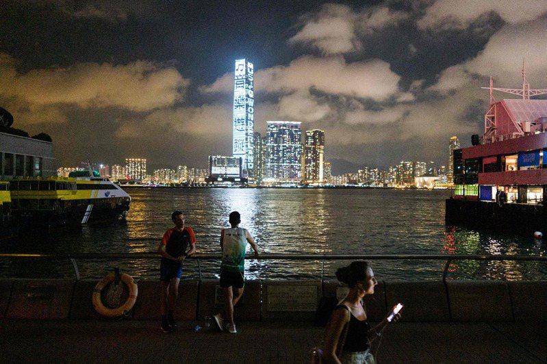 財政部資金匯回專法上路滿一年,其中個人匯回地超過八成是香港。(法新社)