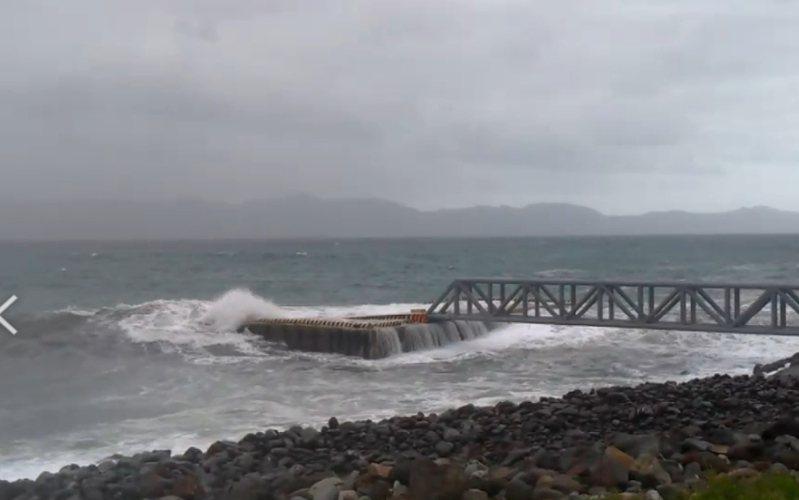 龜山島北岸碼頭被長浪蓋過,東北角風景區管理處評估後,決定封島1天。圖/東北角風管處提供