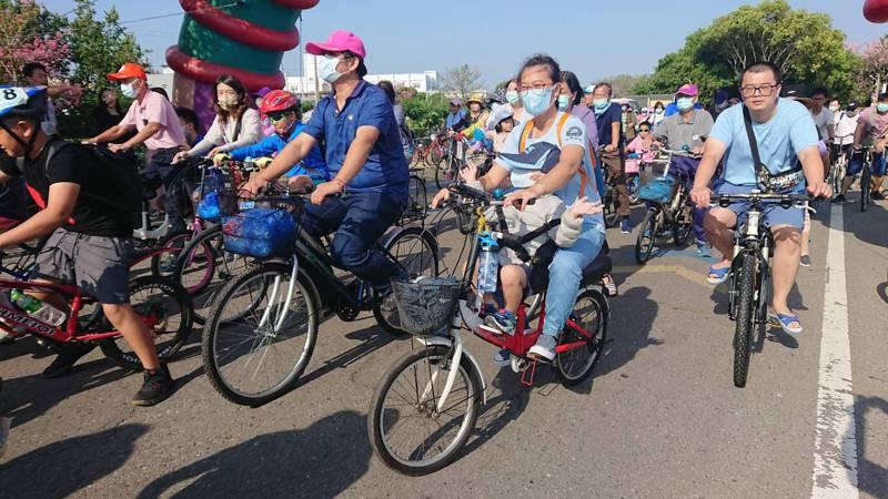 彰化縣北斗鎮公所今天舉辦全民減碳自行車道綠廊觀光單車樂悠遊活動,免費參加,很多民眾帶孩子參加。記者簡慧珍/攝影