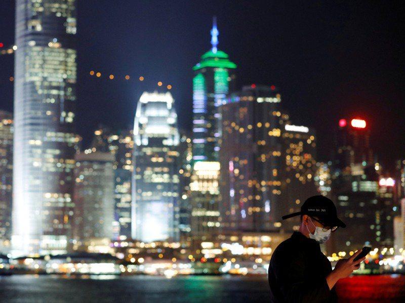 國內公股銀行傳祭出千萬元年薪挖角香港金融人才,來自台灣、目前在香港大型私人銀行服務的小龍說,台灣無法提供像香港高薪資和低稅負的金融環境。圖/聯合報系資料照片