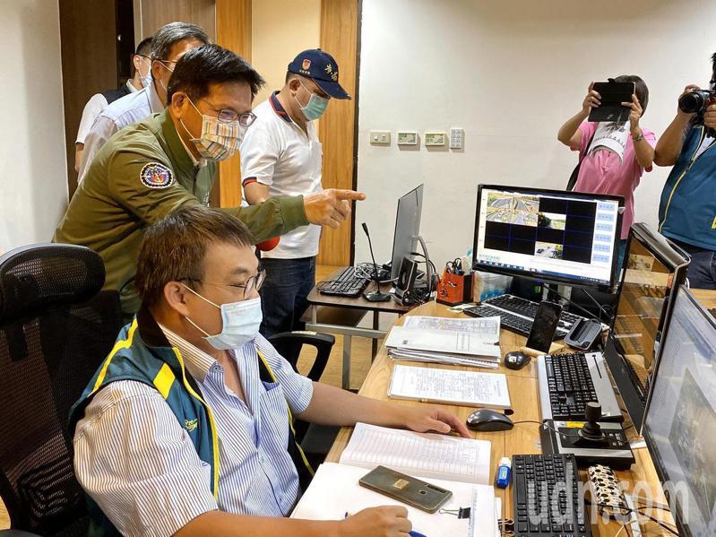 交通部長林佳龍今天上午到高公局南部交控中心視察。記者鄭維真/攝影