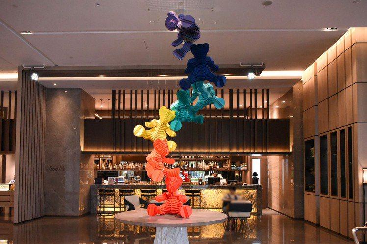 台北新板希爾頓酒店大廳藝術裝置「夢遊仙境的七色軟糖」。圖/台北新板希爾頓提供