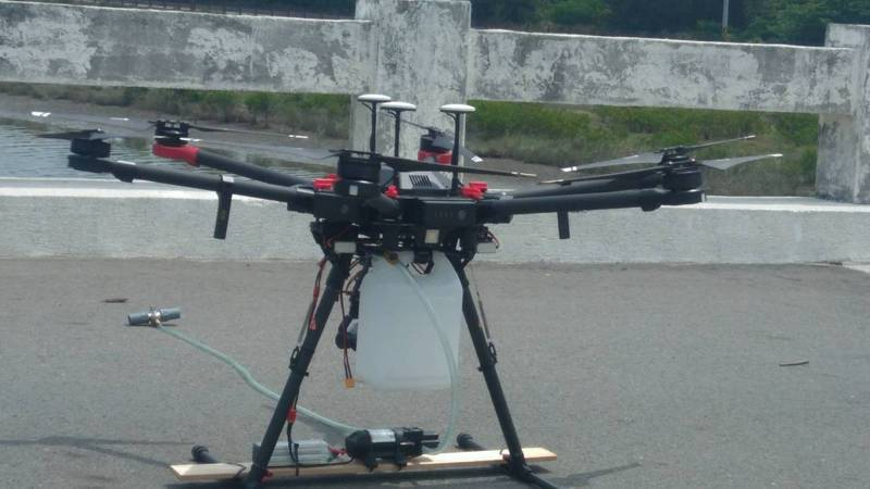 台中市今年在清水大排出海口、梧棲漁港試辦執行遠端採樣無人機作業,事先規劃好路線、GPS座標,讓無人機先飛行抵達採樣點上空,再根據指定深度、容量抽水,過程僅需5至10分鐘。圖/台中市環保局提供