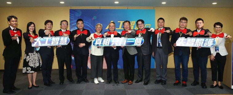 宏碁電腦集團前瞻技術總處副理蔡宗憲博士(從左至右)、台灣大學臨床藥學研究所蕭斐元...