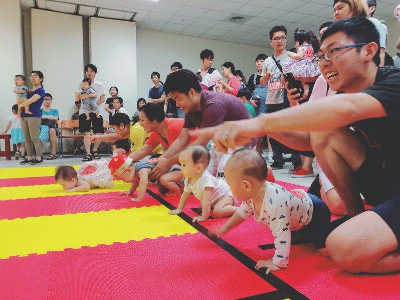 巨城盃寶寶爬行大賽今天登場,現場活動家長們盡情歡呼吸引寶寶們奮力爬向終點。圖/遠東巨城購物中心提供