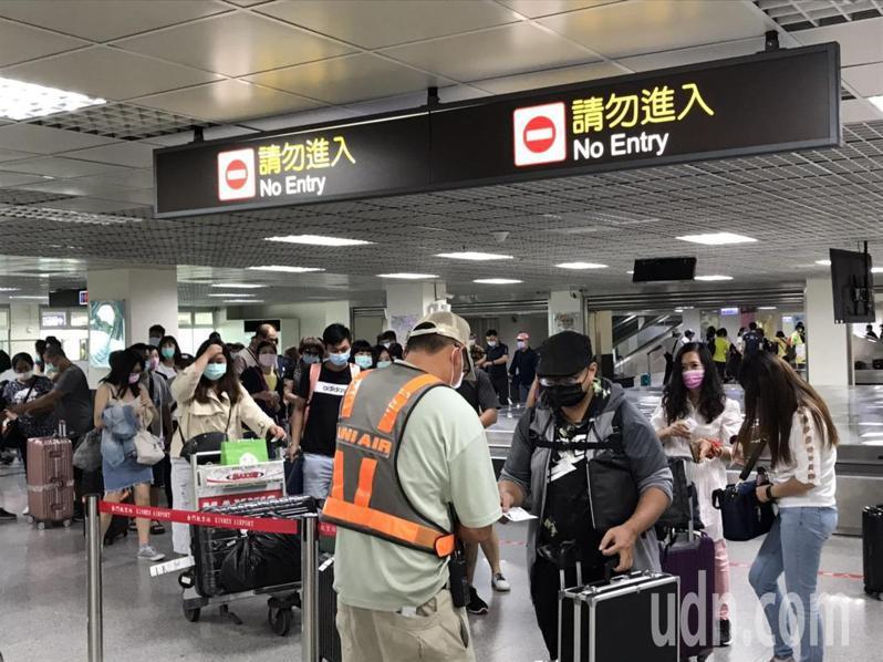 國慶日連假登場,金門尚義機場今天湧現大批遊客,幾乎班班客滿。記者蔡家蓁/攝影