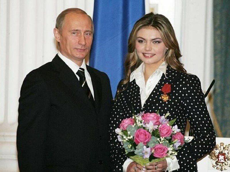 俄羅斯總統普亭與國家媒體集團董事會主席卡巴耶娃合影,外傳兩人是秘密情人,且已有小孩。圖/翻攝自UPages.io