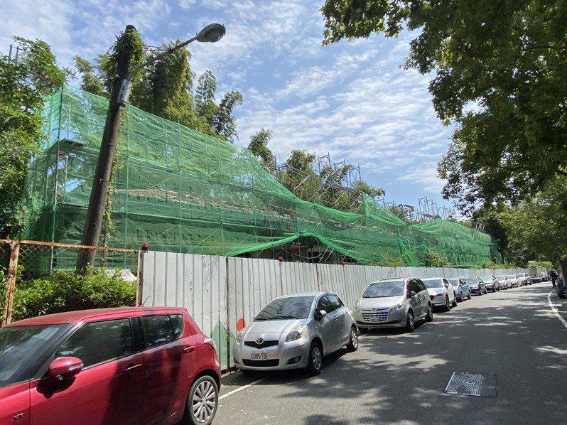 南投茶博今天登場,中興新村周邊道路停滿車輛。記者江良誠/攝影