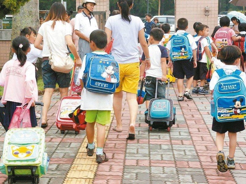 隨著雙薪家庭增加,越來越多國小生放學後留在課後照顧班。圖/聯合報系資料照片