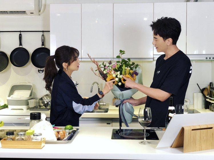 Ella上「鄭元暢之不專業廚房」節目,還特別準備花束送給小綜,代表心意滿滿。圖/...