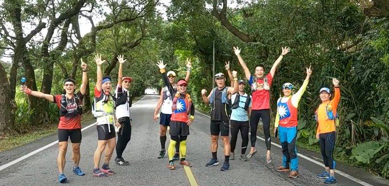 一群長跑健將組成的「猴子兵團」,展開123公里長征攻頂雪山主峰,慶祝中華民國生日快樂。記者張議晨/攝影