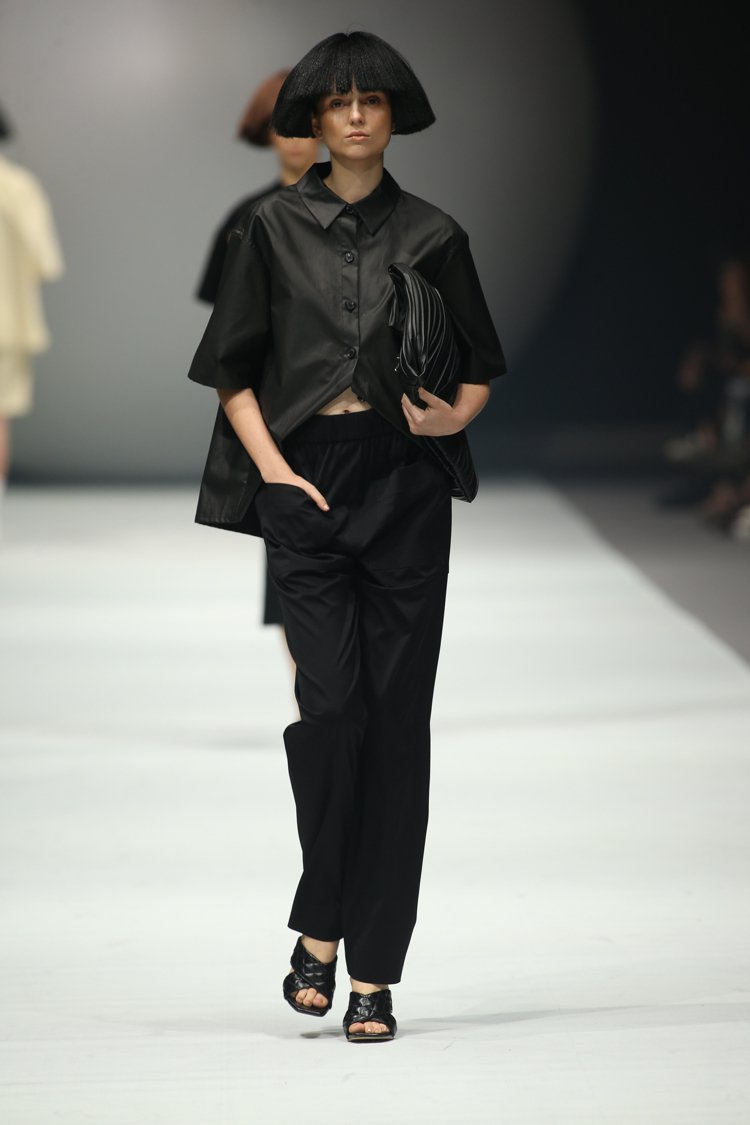服裝面料以機能性面料、丹寧、質樸的棉與麻為基底,搭襯古典刺繡蕾絲等細節。圖/DO...