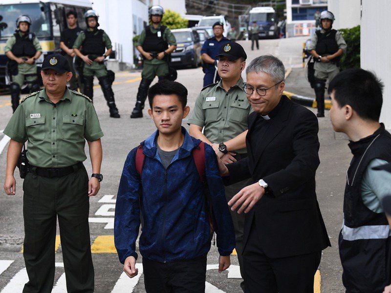 涉嫌在台殺害女友的港人陳同佳(中)最近再度表達來台投案意願,卻遲無下文。圖為2018年10月他從香港壁屋監獄獲釋。中通社