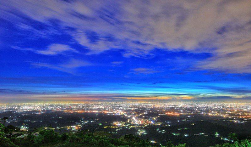 嘉義夜間旅遊推薦地梅山鄉二尖山觀景台夜景。圖/縣府提供