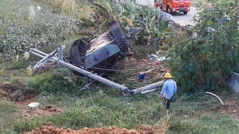 小金門戰車翻覆起火,相關人員到場進行勘驗。記者蔡家蓁/攝影