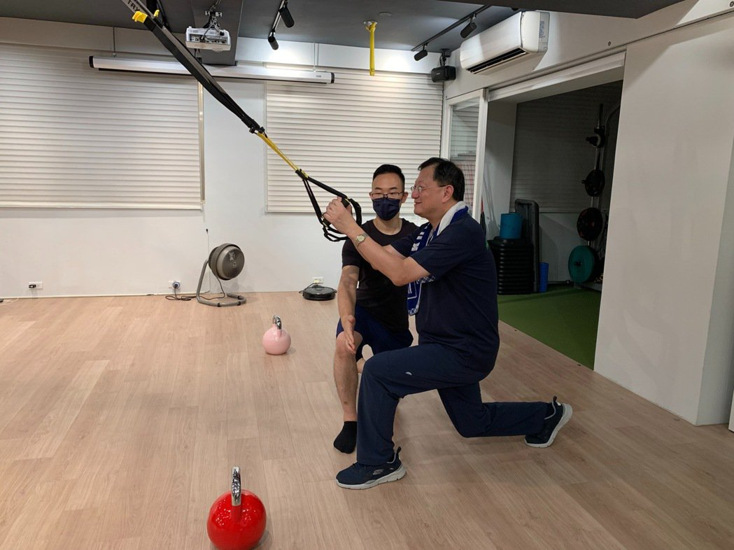 台大生醫分院院長余忠仁每周接受一次重訓課程,每次90分鐘,教練指導如何使用TRX...