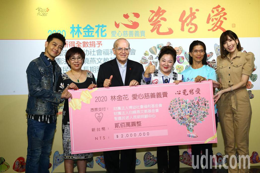 林金花(左二)下午舉辦愛心瓷器慈善義賣記者會,現場販賣自己作畫的瓷器品,並將所得...