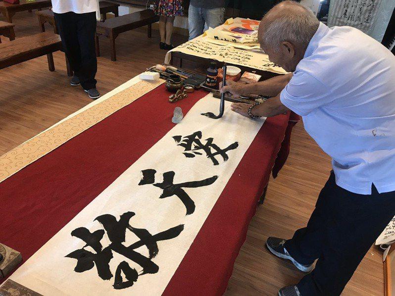 73歲素人書法家李明賢,熱衷書法超過一甲子,他非常樂於以書法交朋友,也以書法讓大眾關懷老年人。記者陳苡葳/翻攝