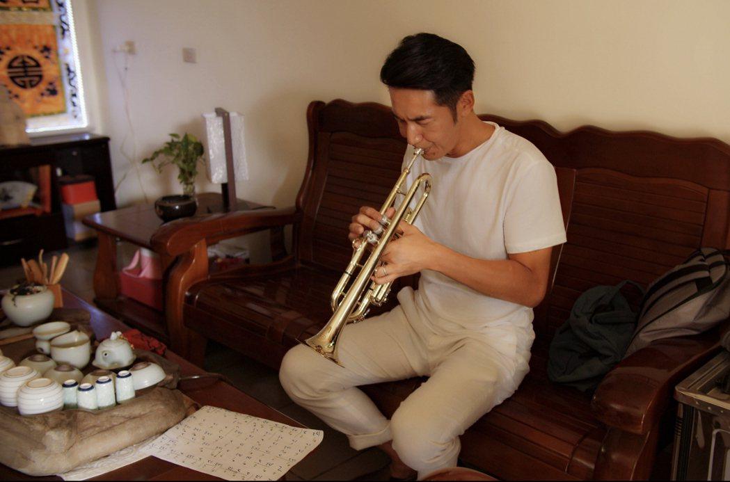 李李仁演出新戲「神之鄉」,為戲苦學小喇叭。圖/東森提供