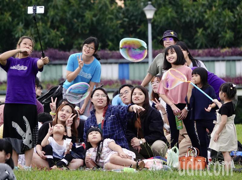 國慶連續假期第一天,受冬東北風影響,桃園以北到東台灣均有局部短暫雨。民眾趁著雨勢減緩時,親朋好友出門踏青享受假期。記者林伯東/攝影