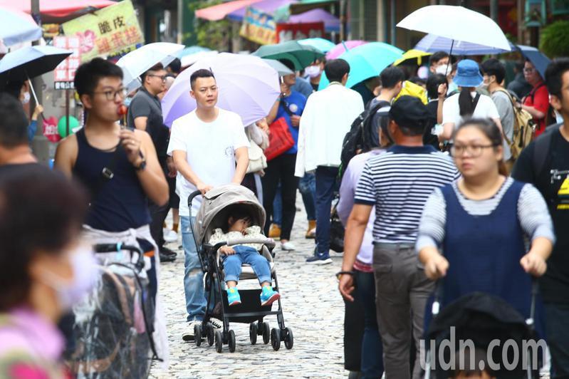 天公不作美,不時飄著小雨,但依然不影響民眾出遊的興致,鶯歌老街午後便開始湧現逛街人潮。記者葉信菉/攝影