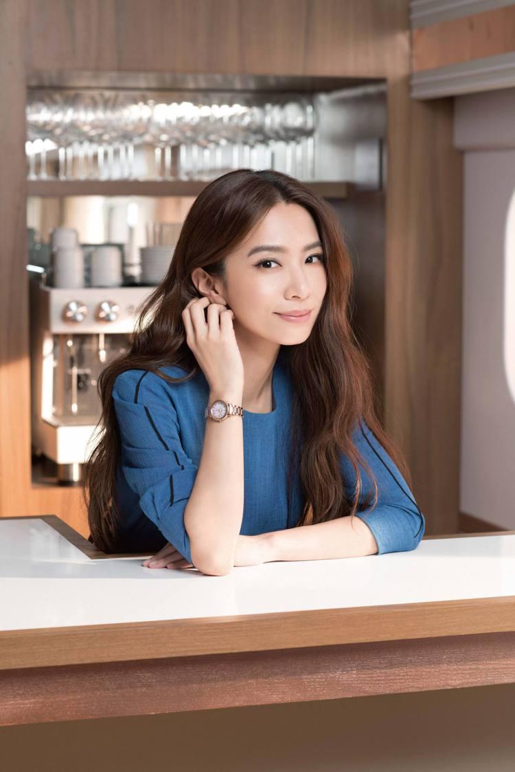 田馥甄示範配戴ES9444-50Y腕表36,800元。圖/CITIZEN提供