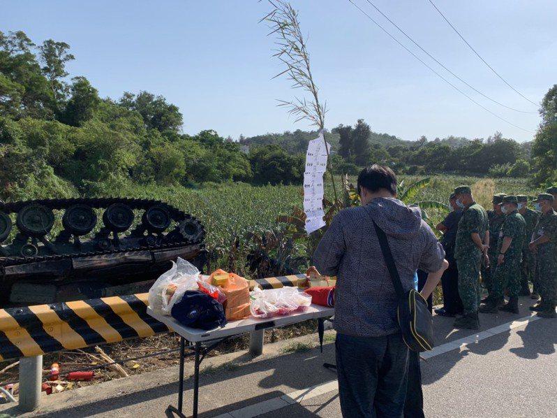 國軍中士林楷強不幸在昨天軍事操演中殉職,家屬今天下午去事故現場招魂。圖/高市議員陳明澤提供
