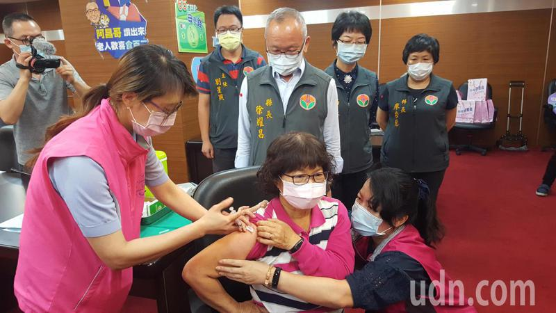苗栗縣公費流感疫苗5日起開打,4天就逾4萬劑,比往年同期暴增6倍,衛生局已決定採取控管措施,圖為今年4月間縣府額外採購,為符合資格民眾注射肺炎鏈球菌的情況。報系資料照
