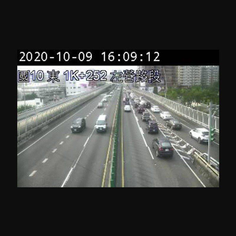 雙十國慶連假第一天,國道10號車流量大,尤其左營端西向路段亮「紅燈」警示,行車時速一度僅31公里。記者賴郁薇/翻攝國道即時路況影像APP