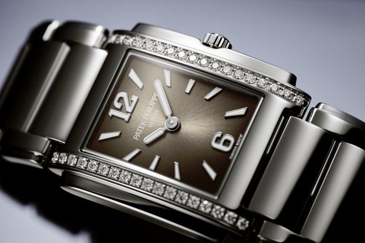 4910/1200A-010腕表除具備漸層黑色的太陽放射紋處理,立體的白金時標與...