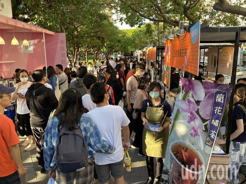 台灣手搖茶飲嘉年華今天下午在台中市民廣場熱鬧登場。記者趙容萱/攝影