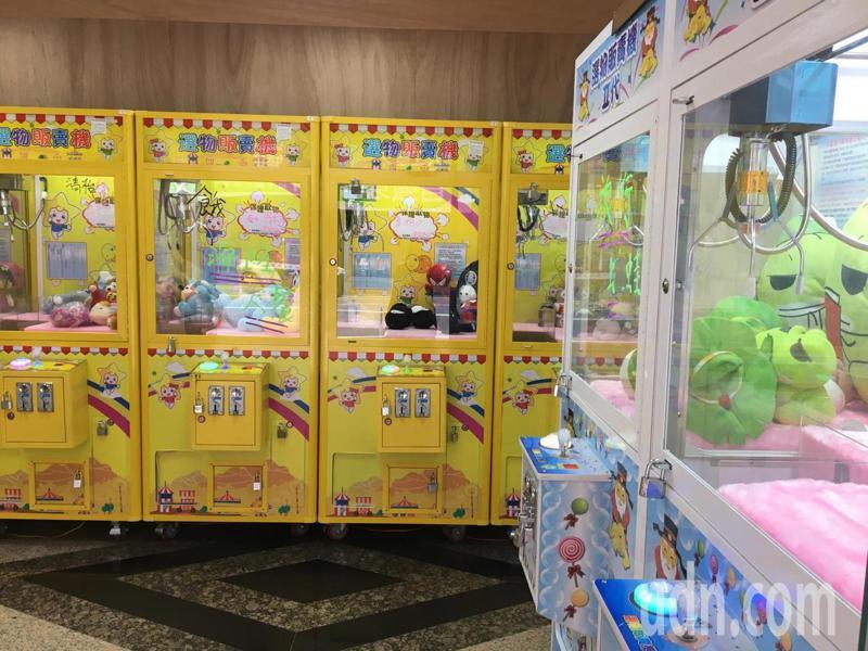 桃園市自助選物販賣事業管理自治條例規範娃娃機店家所在營業場所主要出入口應臨接寬度6公尺以上道路,並應距離國中小50公尺以上,市府經發局清查約有75家違規設置。本報資料照