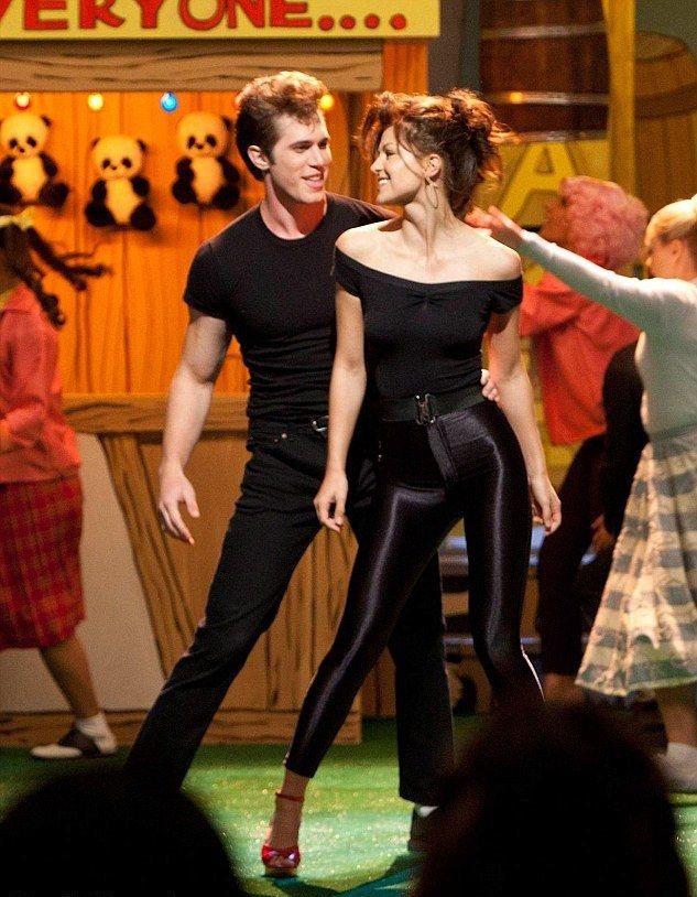 布雷克詹納(左)與梅莉莎班諾伊演合演「歡樂合唱團」結緣。圖/摘自imdb