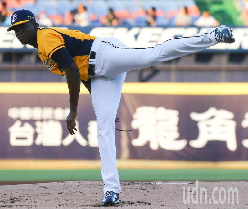 中華職棒在台中洲際棒球場進行例行賽,由中信兄弟對統一獅,中信派出德保拉先發,主投8局投出6次三振。記者黃仲裕/攝影