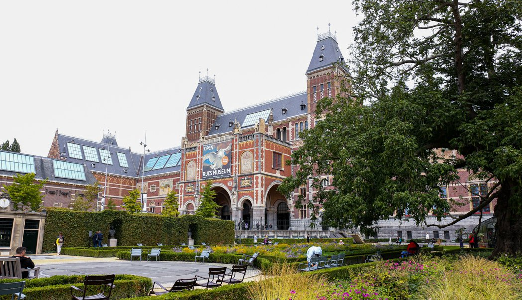 荷蘭國家博物館旁的花園夏天設置許多涼椅。 圖/陳若齡攝影