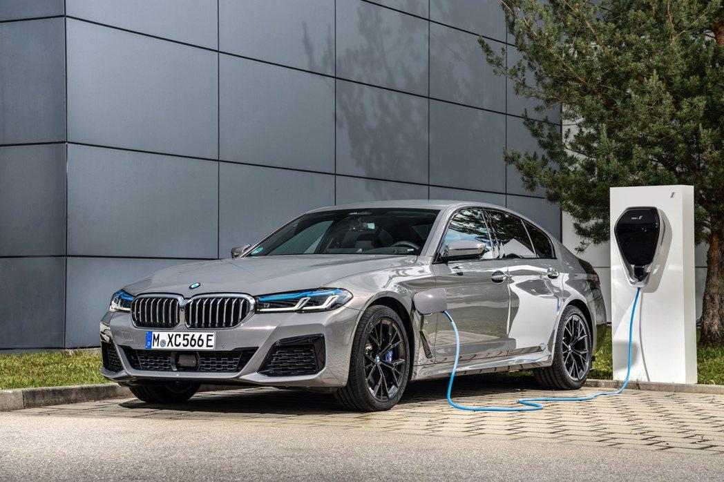 全新BMW 545e插電式油電混合車。 摘自BMW