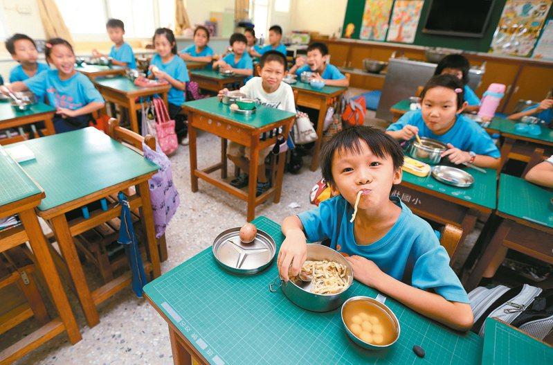新北市議員提醒市府應立即與各級學校研議,下學期更換營養午餐契約,以免萊豬流入校園。圖為學生吃營養午餐畫面。 本報資料照片
