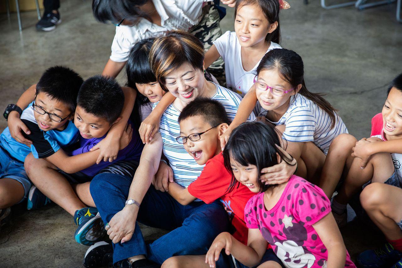 張淑芬陪伴彰化馬興社區的孩童。圖/台積電慈善基金會提供