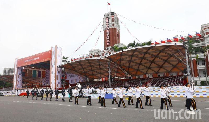 清晨六點半,軍樂隊在總統府前演奏國歌舉行升旗典禮。 記者杜建重/攝影