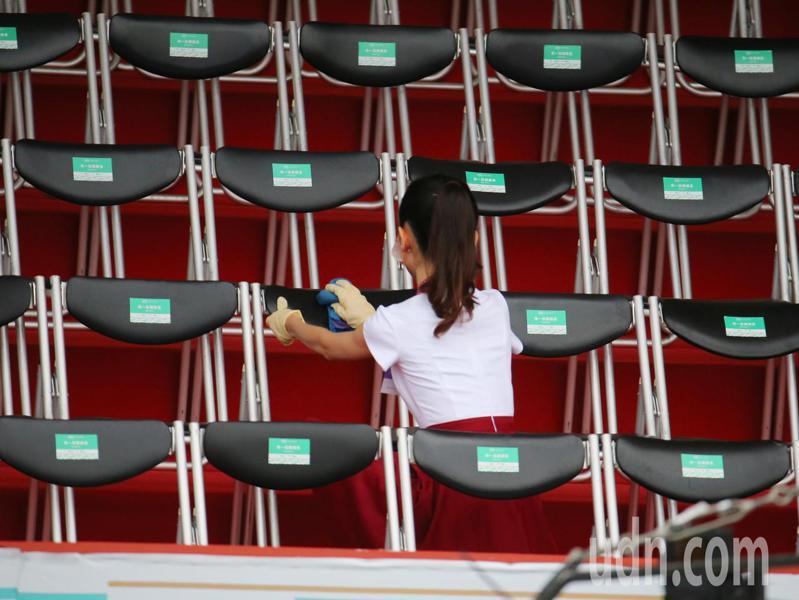 國慶金釵今年增加消毒座椅的任務。記者林澔一/攝影
