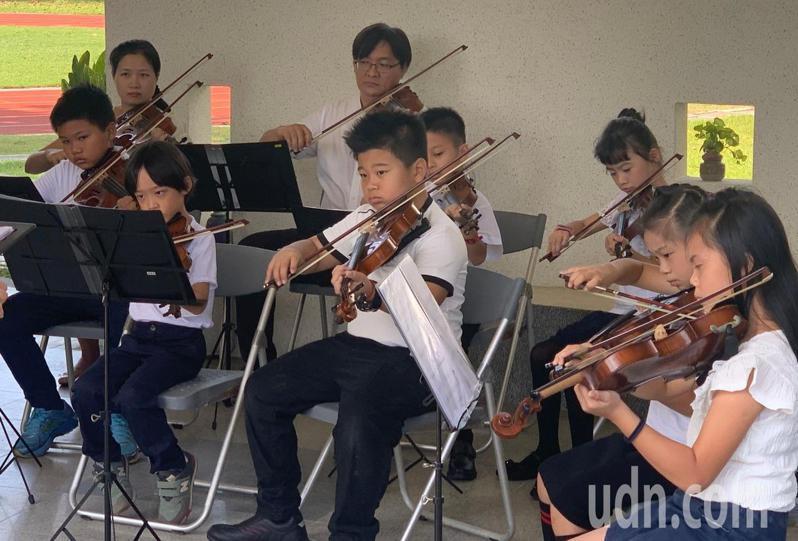台南市南區龍崗國小把小提琴列入低年級必修課,中、高年級則是社團課程。記者鄭惠仁攝影
