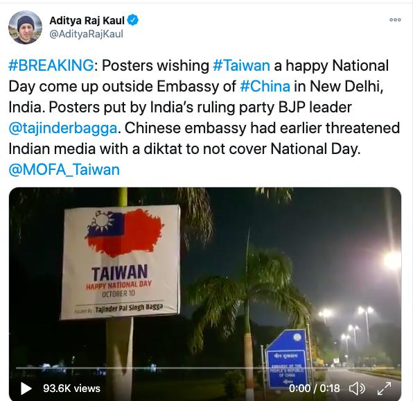 印度記者發現,中國駐印度大使館外的路燈被掛滿慶祝台灣國慶的海報。截自推特(@Aditya Raj Kaul)