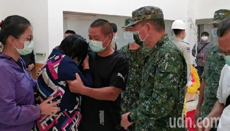 林楷強的母親泣不成聲,聲嘶力竭地哭喊著,「阮足嘸甘」,哭倒在林父懷裡,讓人看了鼻酸。記者蔡家蓁/攝影