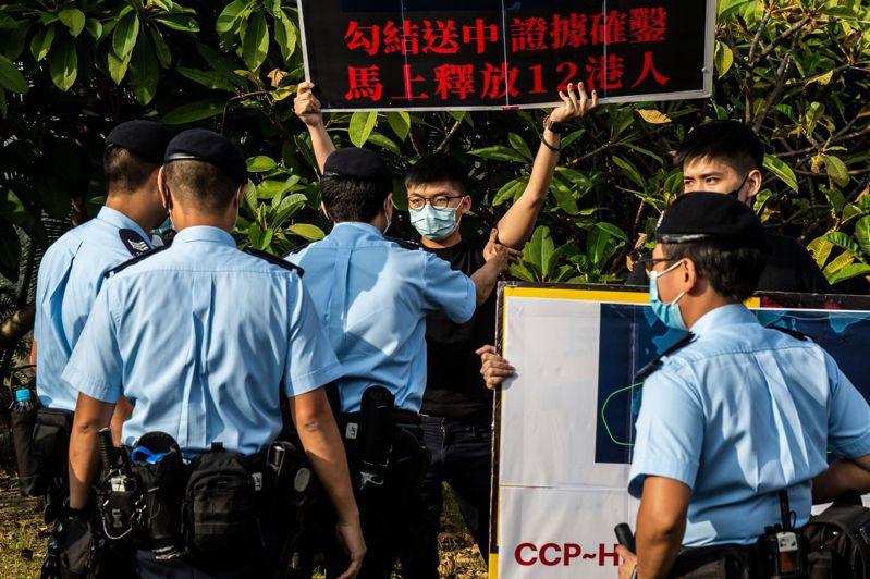 香港民眾抗議港警於八月底逮捕12名欲偷渡到台灣的青年。法新社