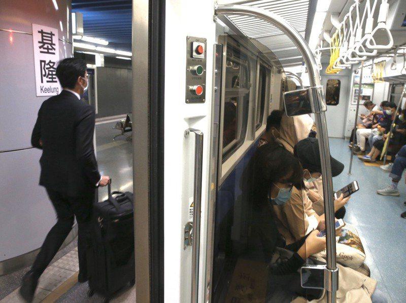 北北基軌道路網政策溝通平台下周啟動,未來基隆輕軌將升級為中運量捷運,但眾多基隆民眾最關心的「能不能只搭一趟車就到台北」,至今還沒有共識。記者林俊良/攝影