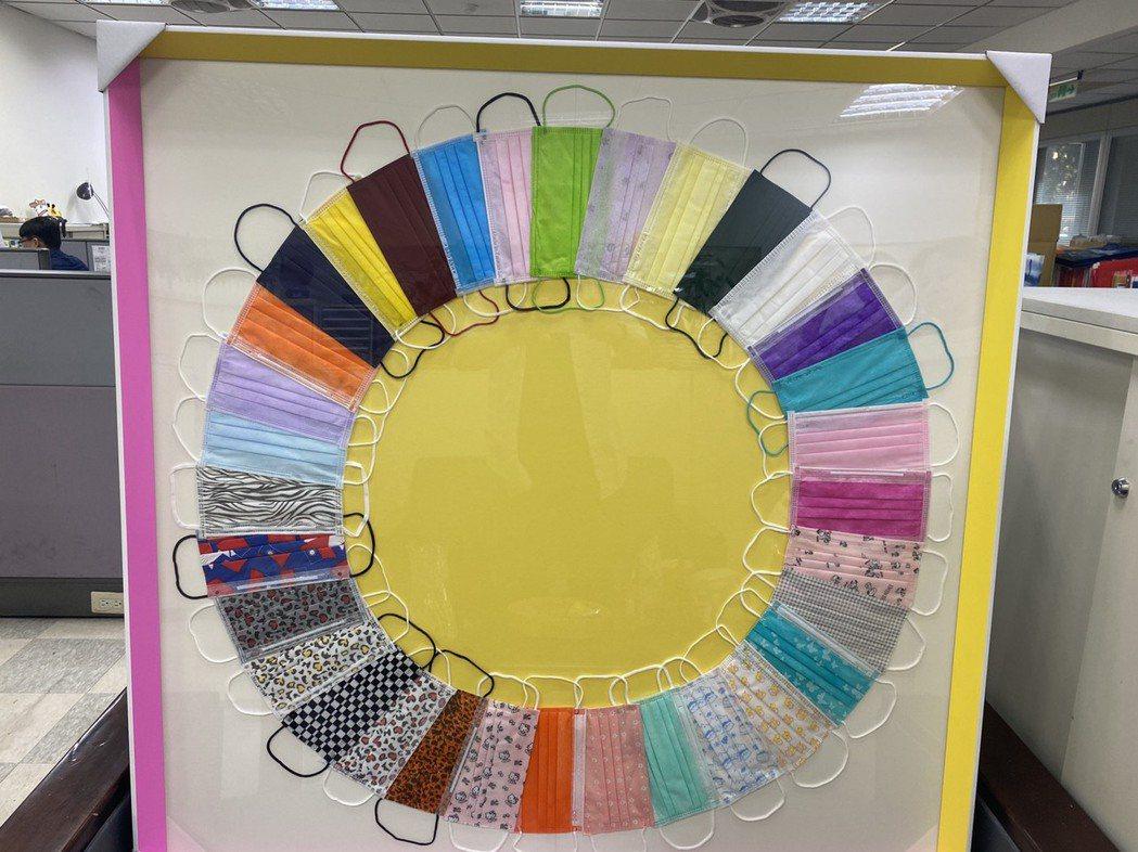 林琦瑜蒐集各種口罩,色彩鮮豔繽紛,如同現代藝術,她將這幅「同心圓」獻給醫護人員,...