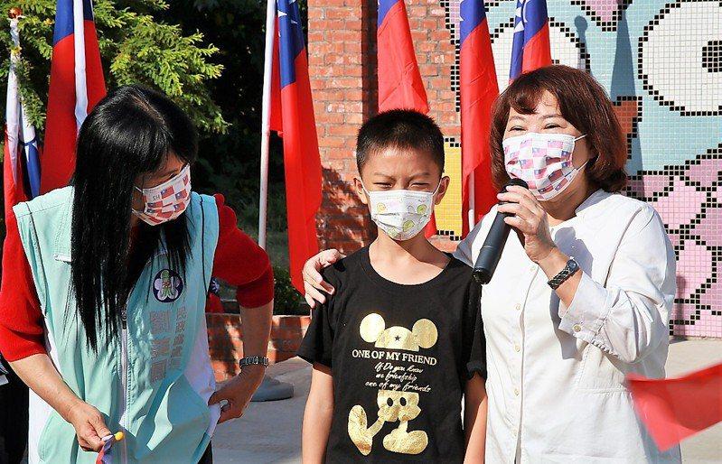 黃敏惠(右起)祝福國慶小壽星廖軍皓10歲生日快樂。記者卜敏正/翻攝
