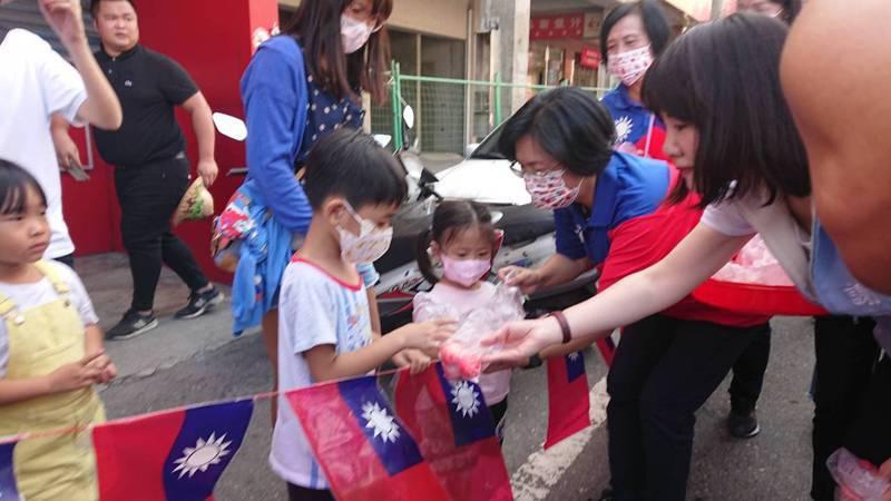 今年國慶日彰化縣好康多,送非醫療用國旗口罩又送紅蛋。記者簡慧珍/攝影