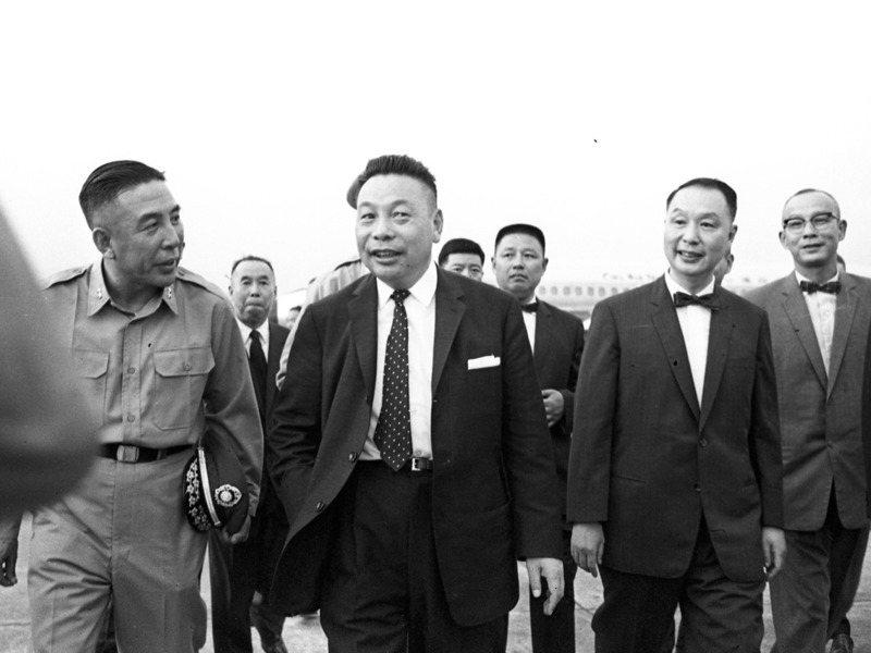 蔣經國(中)1963年9月以行政院政務委員身分訪問美國,與甘迺迪會談。圖為蔣經國當年結束訪美行程返台情形。圖/聯合報系資料照片