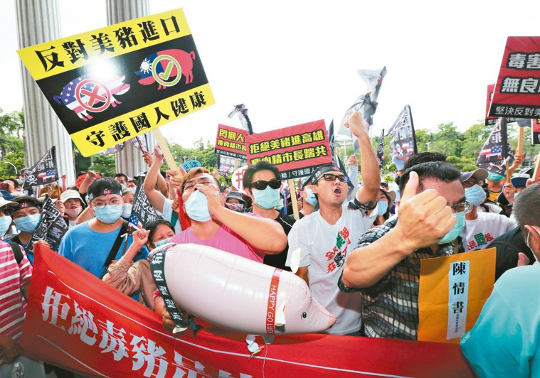 圖為日前在高雄的陳抗團體演行動劇,反對萊克多巴胺美豬進口。本報資料照片